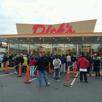 Foto tomada en Dick's Drive-In por Brian S. el 11/6/2011