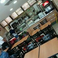 Foto tirada no(a) Subway por Leonardo A. em 10/18/2011