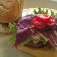 Foto diambil di MUMEDI Café & Shop oleh Sue A. pada 8/5/2012