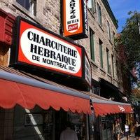 Photo taken at Schwartz's Montreal Hebrew Delicatessen by Markus G. on 8/17/2011