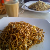 Photo taken at Habeeb Curry House Restaurant by Wak pa'e on 9/12/2011