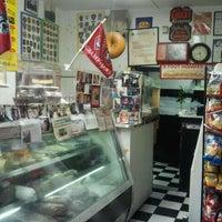 Das Foto wurde bei Koch's Deli von Kelly P. am 6/17/2012 aufgenommen