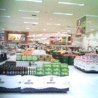 Foto tirada no(a) Supermercado Angeloni por Roberta R. em 9/4/2012