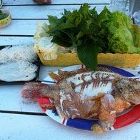 Photo taken at Bigboss เมี่องปลาเผา ริมทางรถไฟ by Kae J. on 6/7/2012
