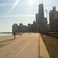 รูปภาพถ่ายที่ Chicago Lakefront Trail โดย Kerri T. เมื่อ 3/13/2012