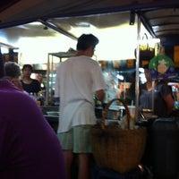 รูปภาพถ่ายที่ ก๋วยเตี๋ยวหมูห่อใบตอง | ตลาดศาลเจ้า โดย Kritchkorn S. เมื่อ 4/16/2012