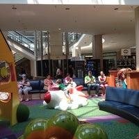 Das Foto wurde bei Oxford Valley Mall von Sam S. am 7/17/2012 aufgenommen