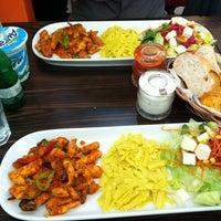 รูปภาพถ่ายที่ Green Salads โดย Fatih Y. เมื่อ 4/19/2012