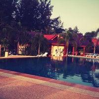Photo taken at DR Lanta Bay Resort Koh Lanta by Worawit on 3/31/2012