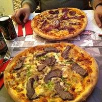 12/25/2011 tarihinde Sevgi T.ziyaretçi tarafından Olivia's Pizzeria'de çekilen fotoğraf