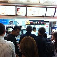 Foto tirada no(a) McDonald's por Rodrigo B. em 8/8/2011