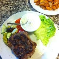 Das Foto wurde bei Hellas Grill von Ilias T. am 3/17/2012 aufgenommen