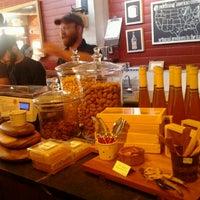 12/31/2011 tarihinde Marcel R.ziyaretçi tarafından Antonelli's Cheese Shop'de çekilen fotoğraf