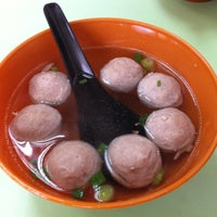 Photo taken at Restoran Soong Kee Beef Ball Noodle (颂记牛肉丸粉) by Pei fen H. on 11/8/2011