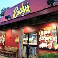 Photo prise au Rudy's Country Store & Bar-B-Q par 4ELEVEN le3/22/2012