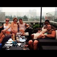 Photo prise au Azul Tapas Lounge par Sarah S. le6/10/2012