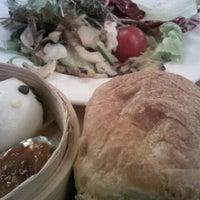 Photo taken at 마리스 씨푸드 레스토랑 by JIU S. on 10/27/2011