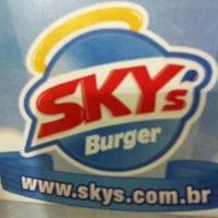 Foto tirada no(a) Sky's Burger por Lawrence C. em 7/16/2011