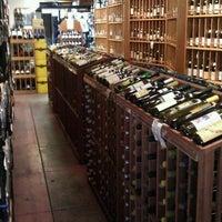 Das Foto wurde bei Larchmont Village Wine & Cheese von Philip P. am 2/3/2011 aufgenommen