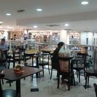 Foto tirada no(a) Saraiva MegaStore por Beth S. em 8/4/2012