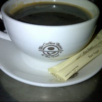 Photo taken at The Coffee Bean & Tea Leaf by Pepé L. on 8/4/2012