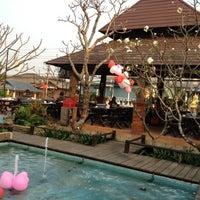 Photo prise au Nontnatee Resort & Restaurant par Cococute L. le2/14/2012