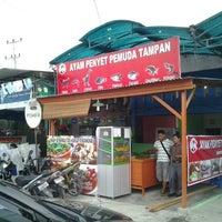 Photo taken at Ayam Penyet Pemuda Tampan by Ruby P. on 2/8/2012