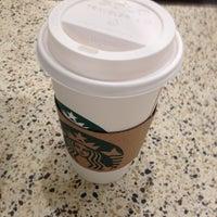 รูปภาพถ่ายที่ Starbucks โดย Paul H. เมื่อ 1/30/2012