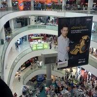 รูปภาพถ่ายที่ Tampines Mall โดย Ezri G. เมื่อ 10/29/2011