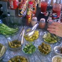 Foto tomada en Lodo's Bar And Grill por Jenn H. el 8/26/2012