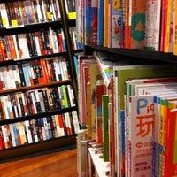Foto scattata a Books Kinokuniya da Parisara w. il 4/14/2012