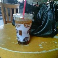 Снимок сделан в It's A Grind Coffee House пользователем Natasha K. 3/28/2012