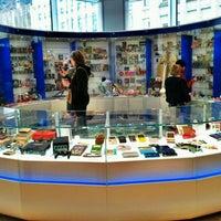 รูปภาพถ่ายที่ Nintendo NY โดย Adam W. เมื่อ 3/19/2012