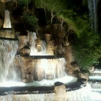 Foto tirada no(a) Wynn Waterfall por Marcus H. em 1/6/2012