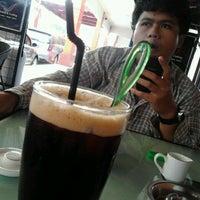 Photo taken at D'Lounge Cafe & Resto by Fery D. on 4/23/2012