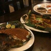 Photo taken at Restoran Sekinchan Ikan Bakar by Mike T. on 7/16/2011