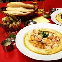 5/8/2012 tarihinde Rachel S.ziyaretçi tarafından Zula Hummus Café'de çekilen fotoğraf