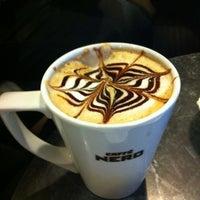 รูปภาพถ่ายที่ Caffè Nero โดย Ece C. เมื่อ 11/27/2011