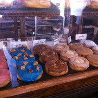 รูปภาพถ่ายที่ Dun-Well Doughnuts โดย Krista K. เมื่อ 7/1/2012