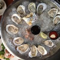 Das Foto wurde bei Clyde's Tower Oaks Lodge von Trinh am 5/29/2012 aufgenommen