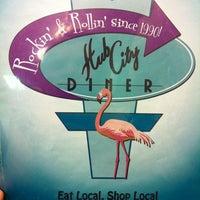 10/15/2011 tarihinde leona sue's floristziyaretçi tarafından Hub City Diner'de çekilen fotoğraf