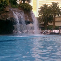 Photo prise au The Mirage Pool & Cabanas par CHLOE le9/30/2011