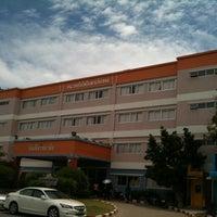 Photo taken at ตึกดุษฎีบัณฑิต กรุงเทพธนบุรี by Bank on 5/10/2012