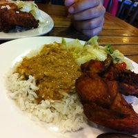 Photo taken at Restoran Bawang Merah by Aphic A. on 11/26/2011