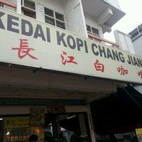 Photo taken at 長江白咖啡 (Kedai Kopi Chang Jiang) by Louis T. on 6/17/2012