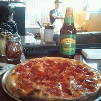 Foto scattata a Yellow Brick Pizza da lonny k. il 1/21/2012