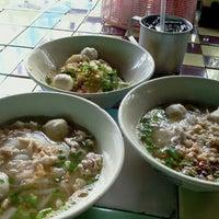 Photo taken at ก๋วยเตี๋ยวหมูมะนาว ปัญญาอินทรา by Pruetthiphon L. on 9/13/2011