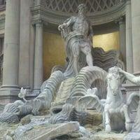 Foto tirada no(a) Trevi Fountain por ariel b. em 5/16/2011