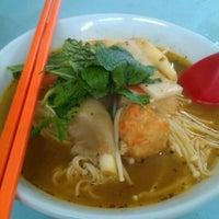 Photo taken at Raja Uda Famous Kwang Hwa Tom Yam Noodle by 💟Chia Wen🌸 on 8/4/2012