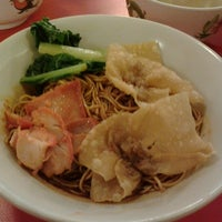 Photo taken at Pontian Wanton Noodles (笨珍云吞面) by Qiix . on 8/22/2012